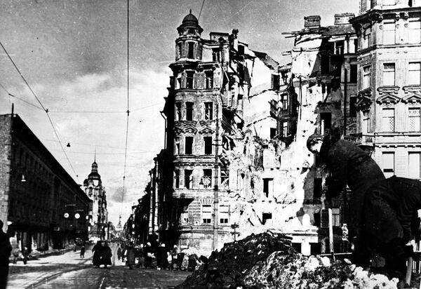 После налета вражеской авиации на улицах блокадного Ленинграда