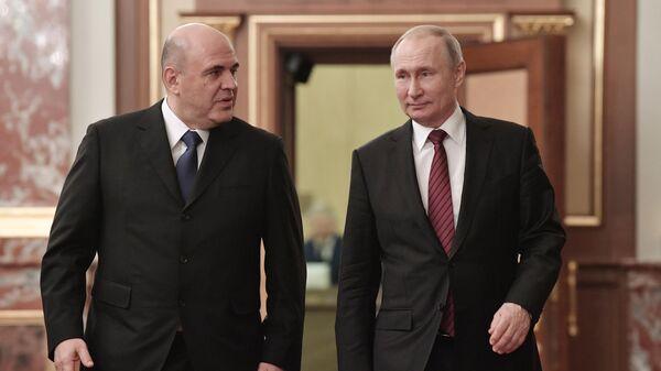 Президент РФ Владимир Путин и председатель правительства РФ Михаил Мишустин перед началом встречи с членами правительства