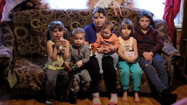 В сборе почти вся семья Рыжиковых. Нет только 11-летнего Саши и самого старшего Юры