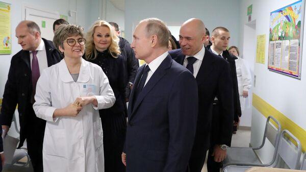 Президент РФ Владимир Путин во время посещения Детской поликлиники ГУЗ Усманская ЦРБ в городе Усмань. 22 января 2020
