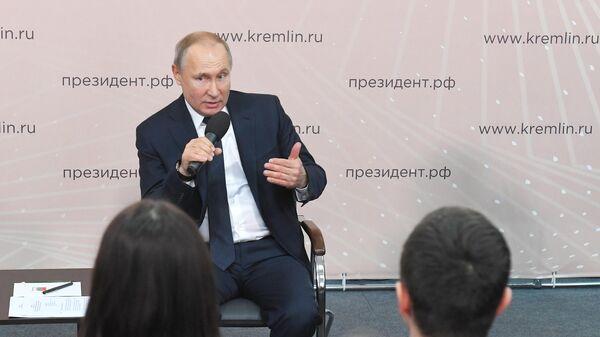 Президент РФ Владимир Путин проводит встречу с представителями общественности в Центре культуры и досуга Усманского района