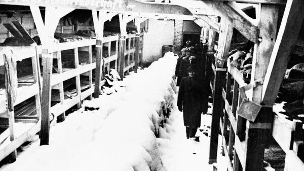 Концентрационный лагерь Освенцим. Чрезвычайная экспертная комиссия осматривает бараки