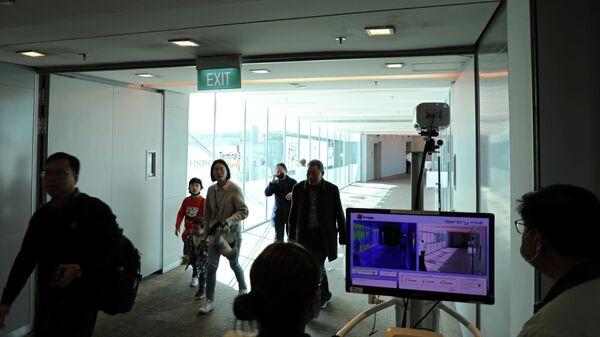 Контроль температуры пассажиров, прибывших из китайского Ханчжоу в аэропорту Чанги, Сингапур