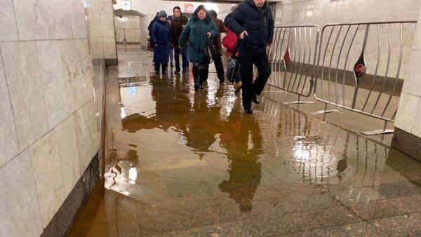 Подтопление перехода в метро со станции Пушкинской на Чеховскую