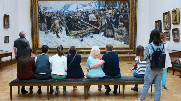 Иностранные туристы у картины Боярыня Морозова художника В. Сурикова в Третьяковской галерее