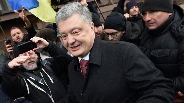 Экс-президент Украины Петр Порошенко у здания Государственного бюро расследований в Киеве