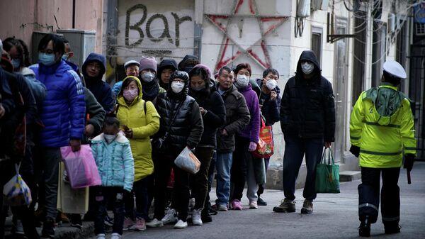 Очередь за медицинскими масками возле аптеки в Китае