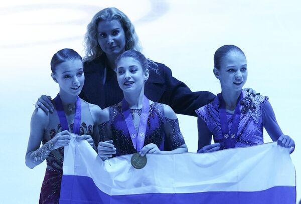 Анна Щербакова  Алена Косторная, Александра Трусова и Этери Тутберидзе (на втором плане)