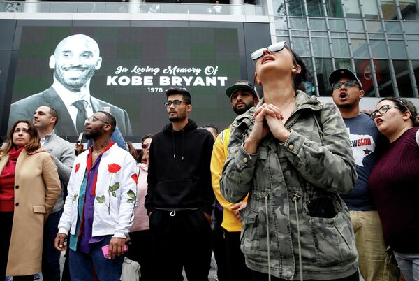Люди возле изображения Коби Брайанта