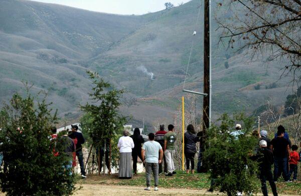 Люди возле места крушения вертолета в Калифорнии, США