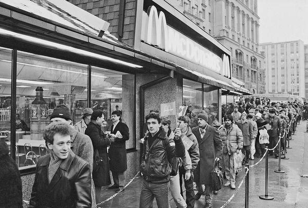31 января 1990 года на Пушкинской площади открылся первый в Москве советско-канадский ресторан Макдональдс, у входа в который образовалась огромная очередь желающих попасть в рестора