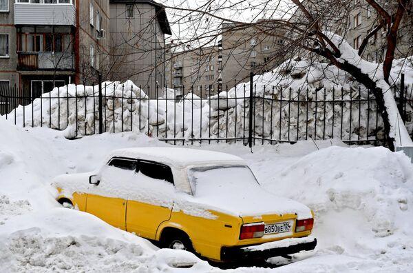 Сугробы в одном из дворов Новосибирска