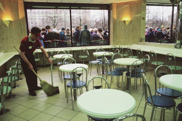 Очередь у входа в ресторан Макдоналдс на Пушкинской площади в Москве в день его открытия, 31 января 1990 года