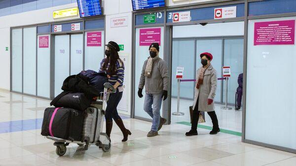 Пассажиры в международном аэропорту Владивостока