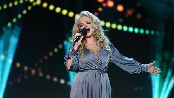 Певица Лариса Долина выступает на вечере памяти актера Николая Караченцова в театре Ленком