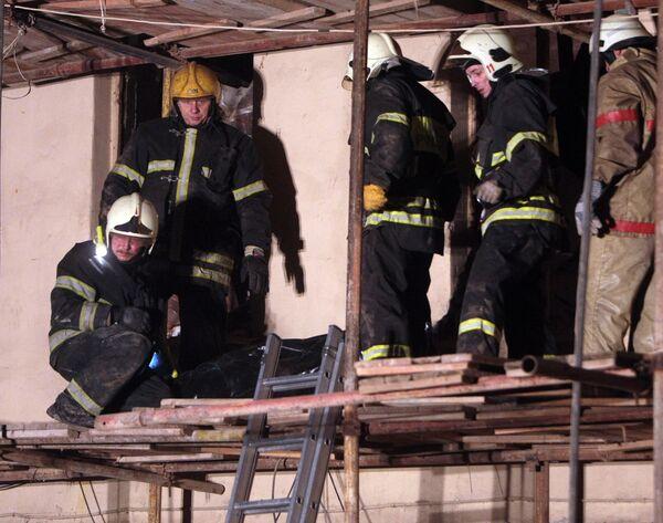 На месте проведения поисково-спасательных работ в старом здании на Арбате