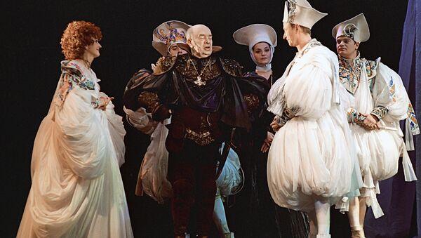 Сцена из спектакля театра Ленком Королевские игры. В центре - актер Леонид Броневой