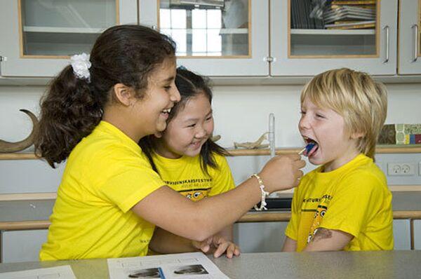 Дети одной из школ Копенгагена во время эксперимента по определению вкусовой чувствительности