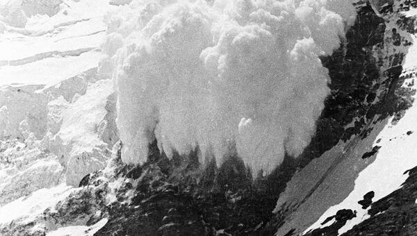 Сход снежной лавины произошел в воскресенье утром на границе Хакасии и Кузбасса, на территории Красноярской железной дороги, под завалами оказалось, по предварительным данным, пять человек