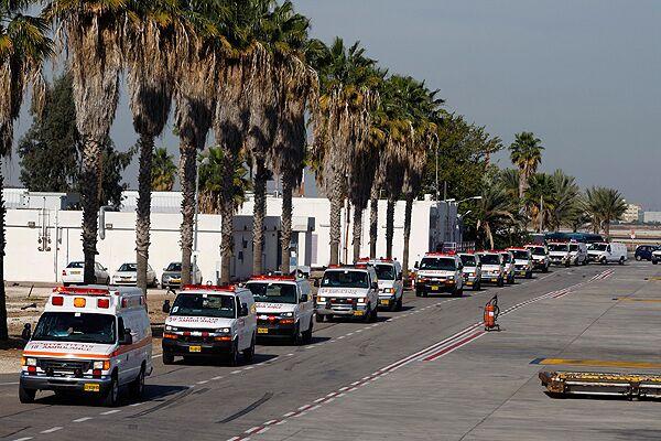 Машины скорой помощи везущие тела погибших в автоаварии людей