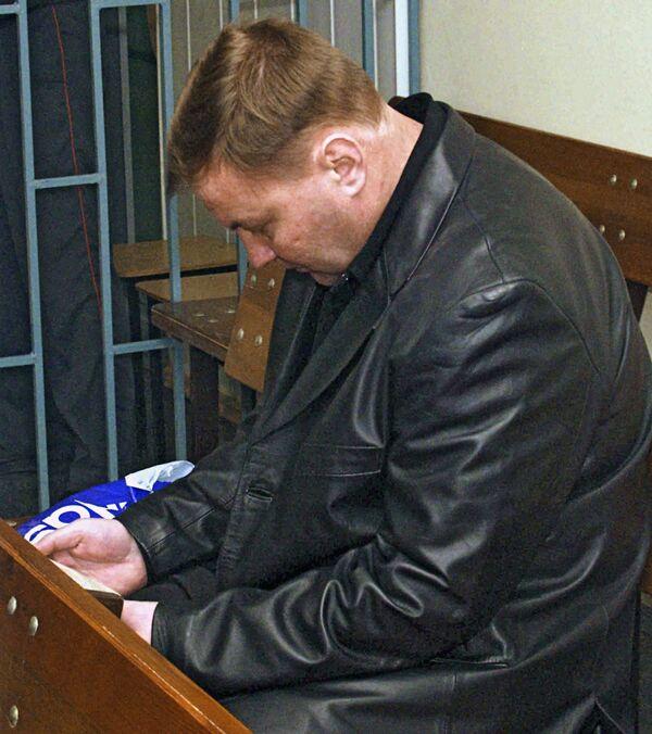 Полковник Ю.Буданов на скамье подсудимых в зале суда