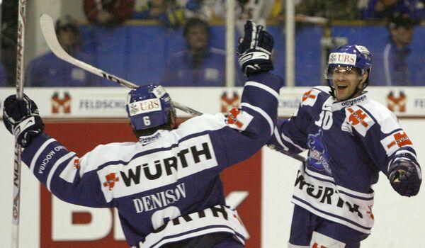 Эрик Ландри (справа) принимает поздравления от Дениса Денисова с голом в ворота Ингольштадта