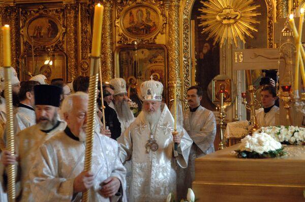 Божественная литургия и заупокойное богослужение у надгробия Алексия II