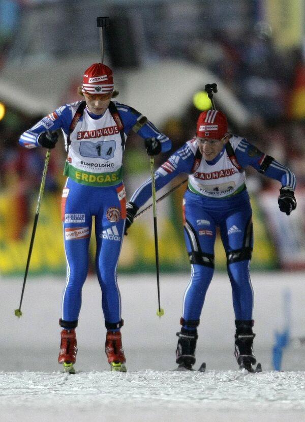 Ольга Зайцева (справа) передает эстафету Альбине Ахатоваой во время гонки на пятом этапе Кубка мира в Рупольдинге