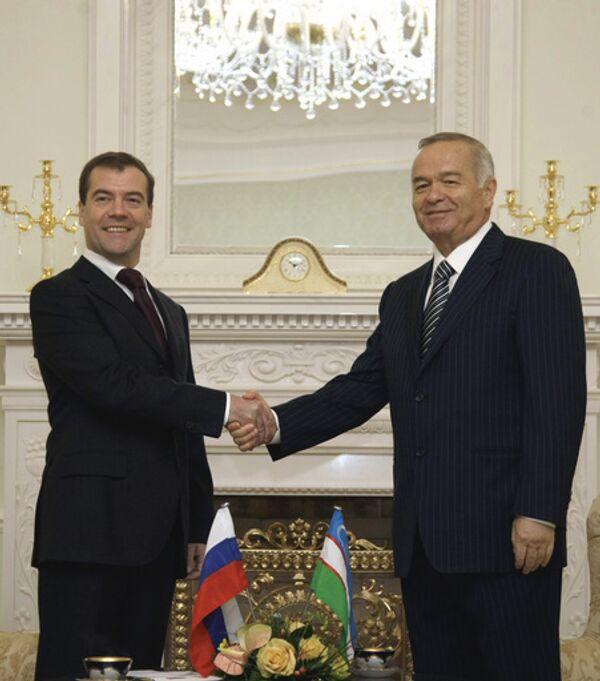 Президент России Дмитрий Медведев и президент Узбекистана Ислам Каримов во время официальной церемонии встречи