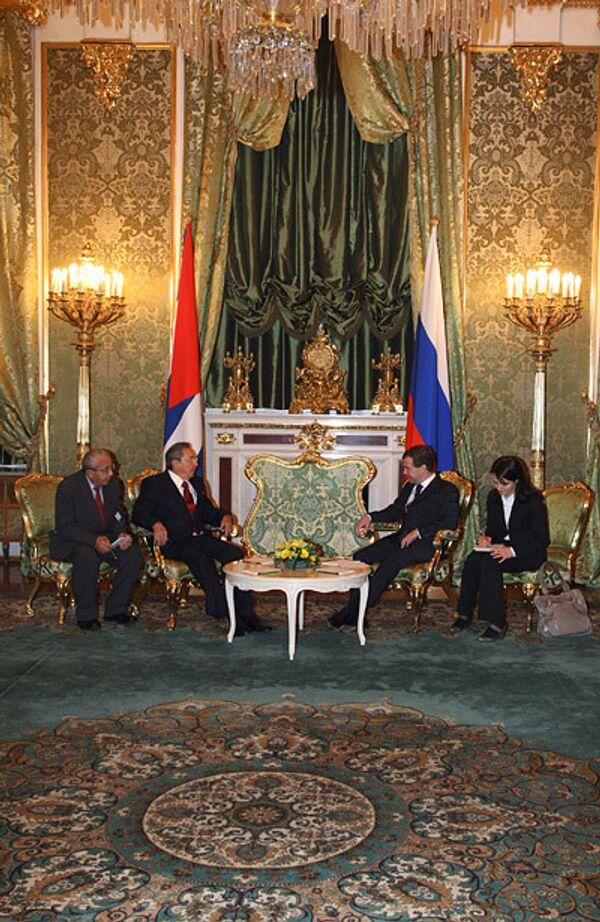 Президент РФ Дмитрий Медведев и председатель Госсовета и Совета министров Кубы Рауль Кастро