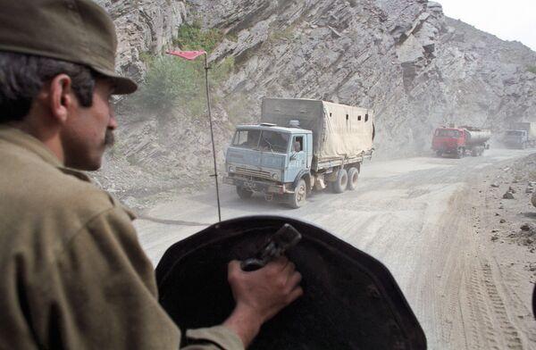 Афганский военнослужащий контролирует ситуацию на перевале Саланг