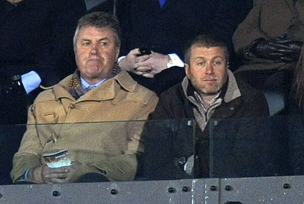 Гус Хиддинк (слева) и Роман Абрамович на матче Челси
