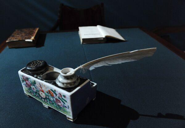 Кожаный портфель Гоголя и другие вещи покажут на выставке в Москве