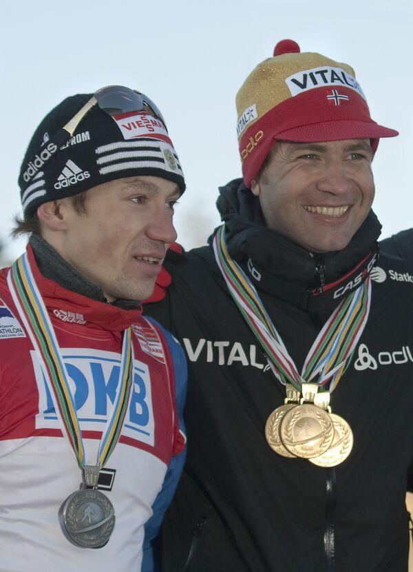 Россиянин Максим Чудов, получивший серебряную медаль и норвежец Оле-Эйнар Бьорндален с тремя золотыми медали
