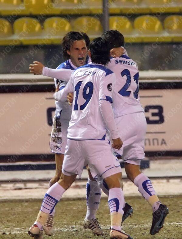 Футболисты Зенита празднуют гол Саболча Хусти (слева, лицом)