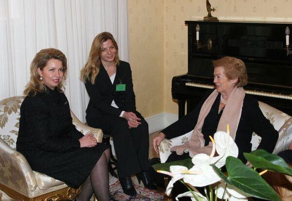 Беседа супруги президента России Светланы Медведевой и супруги президента Италии Клио Биттони Наполитано