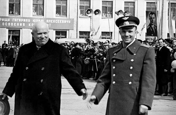 Ю.Гагарин, Н.Хрущев на Внуковском аэродроме после завершения полета