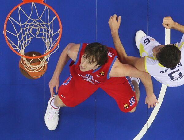Игрок ЦСКА Матьяж Смодиш (№ 8, слева) во время матча баскетбольной Евролиги