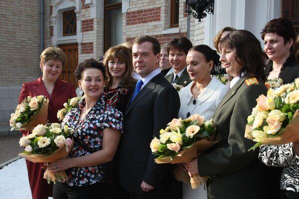 Президент России Дмитрий Медведев провел встречу с представительницами неженских профессий накануне праздника 8 Марта