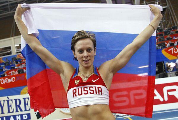 Россиянка Юлия Голубчикова празднует победу в сорвенованиях по прыжкам с шестом на зимнем ЧЕ по легкой атлетике