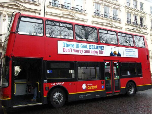 На лондонских автобусах появились плакаты с надписью Бог есть и изображением куполов Троице-Сергиевой Лавры