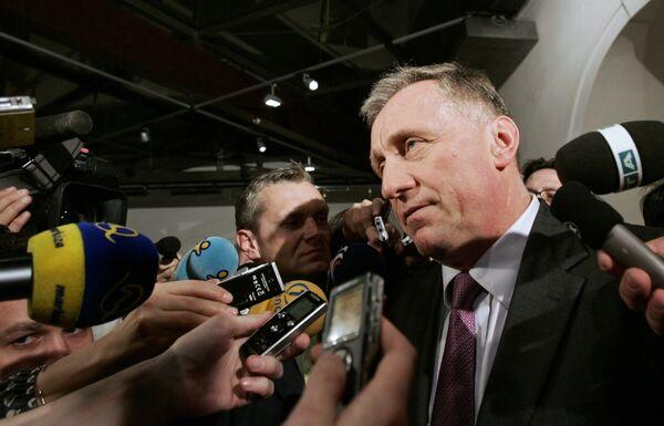 Премьер-министр Чехии Мирек Тополанек дает интервью в Чешском Парламенте