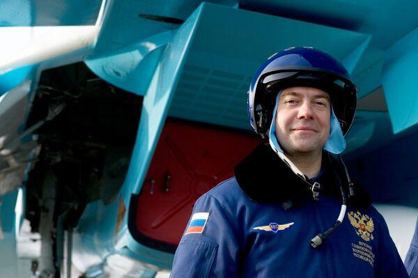 Президент России Дмитрий Медведев перед полетом на истребителе-бомбардировщике Су-34