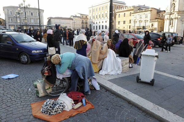 Пострадавшие в результате землетрясения в Италии на улицах города Аквила