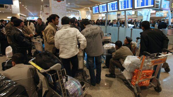 Пассажиры в аэропорту. Архив