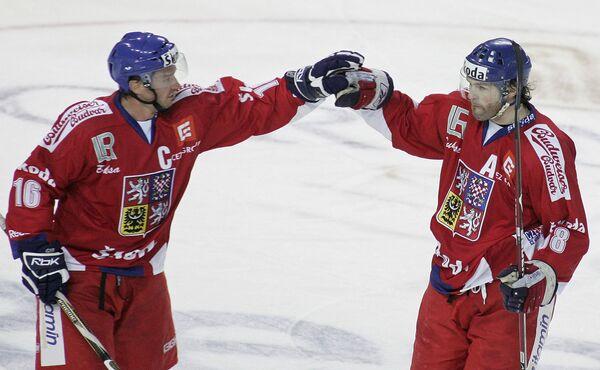 Хоккеисты сборной Чехии Яромир Ягр (справа) и Петр Чаянек празднуют победу над шведами в матче Евротура