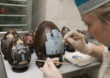 Изготовление пасхальных яиц в Андреевской кондитерской