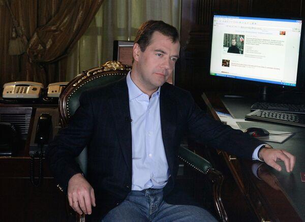 Президент РФ Д. Медведев записал свое первое видеобращение в Живом журнале