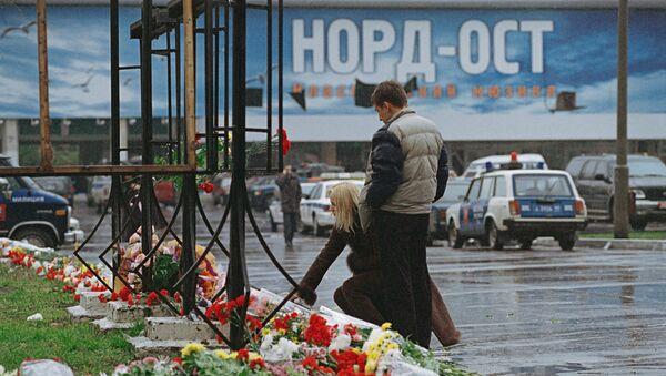 Возложение цветов у Театрального центра на Дубровке.