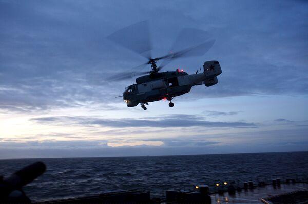 Вертолет Балтфлота поднимут со дна моря при помощи водолазов и крана